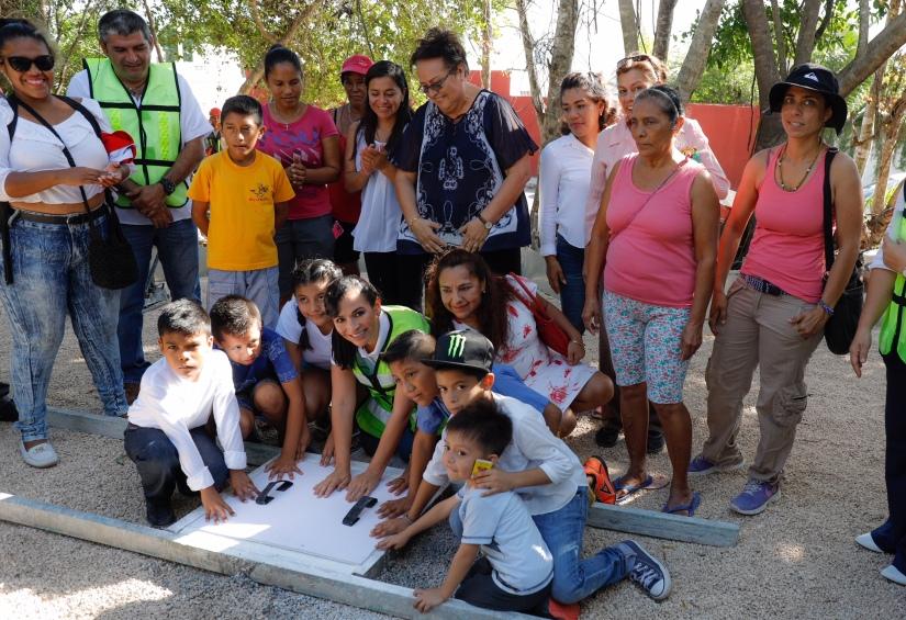 Laura Fernández coloca primera piedra para construcción del parque de Villas LaPlaya