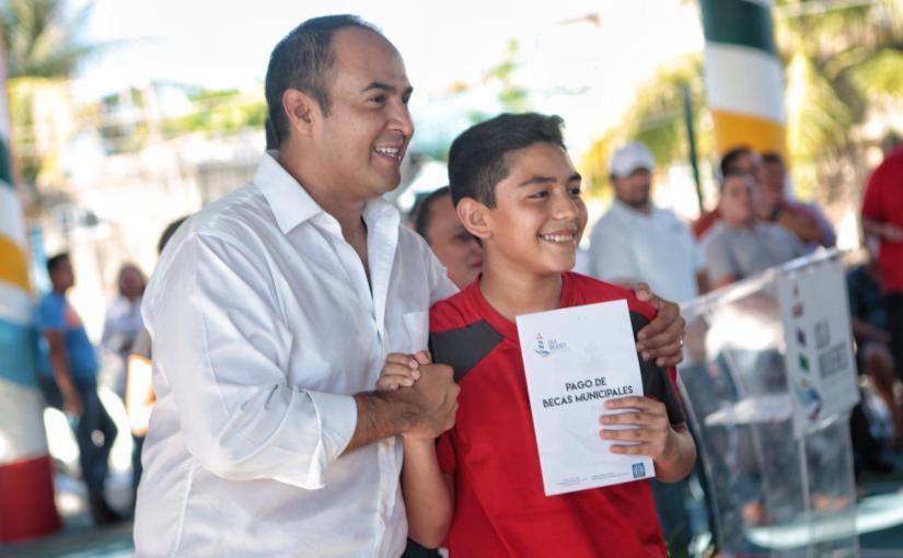 Entrega Ayuntamiento Isla Mujeres becas aestudiantes