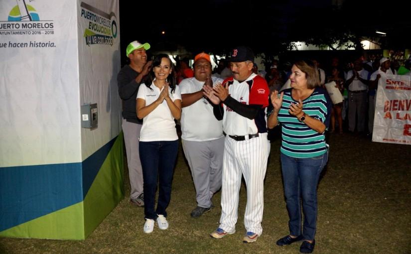 Enciende Laura Fernández nuevo alumbrado del campo de béisbol de PuertoMorelos