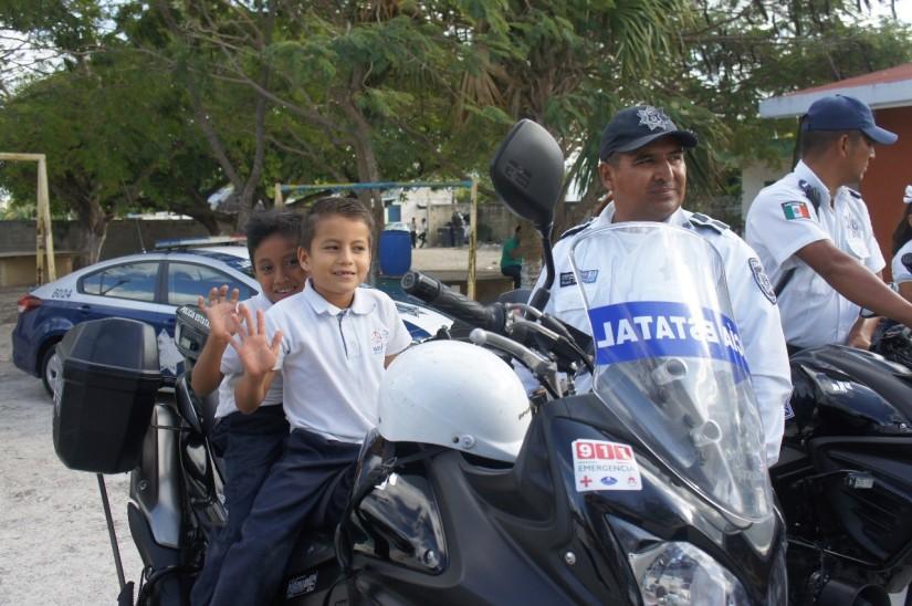 Conviven policías de Isla Mujeres conestudiantes