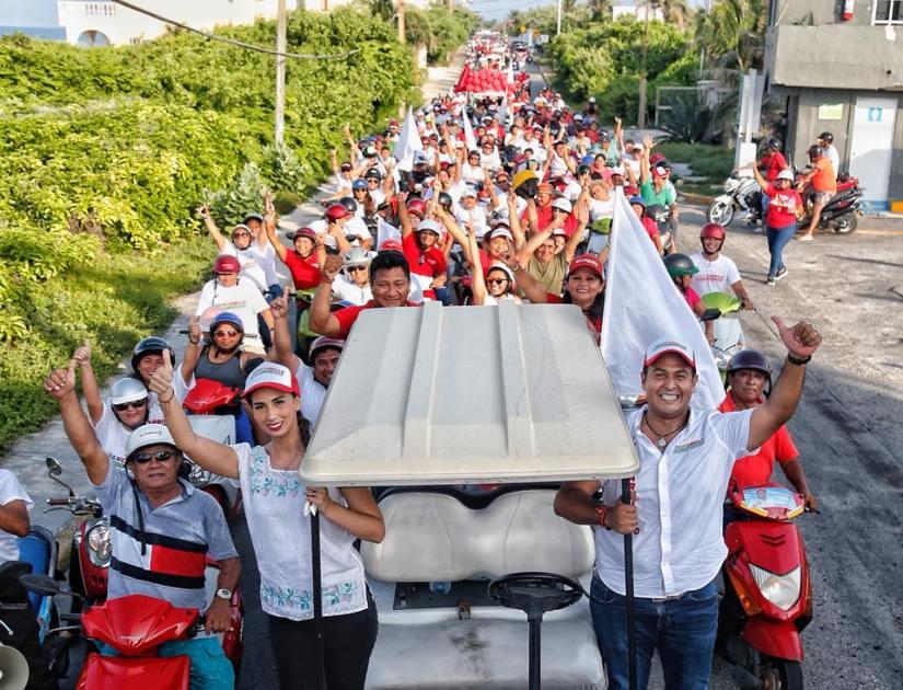 Multitud isleña respalda a Juan Carrillo enmegacaravana