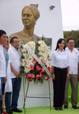 ENCABEZA-LAURA-FERNÁNDEZ-CEREMONIA-CÍVICA-POR-EL-176-ANIVERSARIO-LUCTUOSO-DE-LEONA-VICARIO-2
