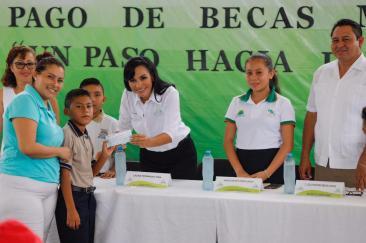 ENTREGA-LAURA-FERNÁNDEZ-BECAS-A-ESTUDIANTES-DE-LEONA-VICARIO-1
