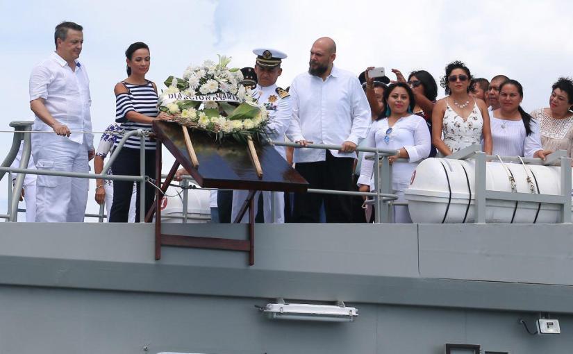LAURA FERNÁNDEZ RINDE HOMENAJE AMARINOS